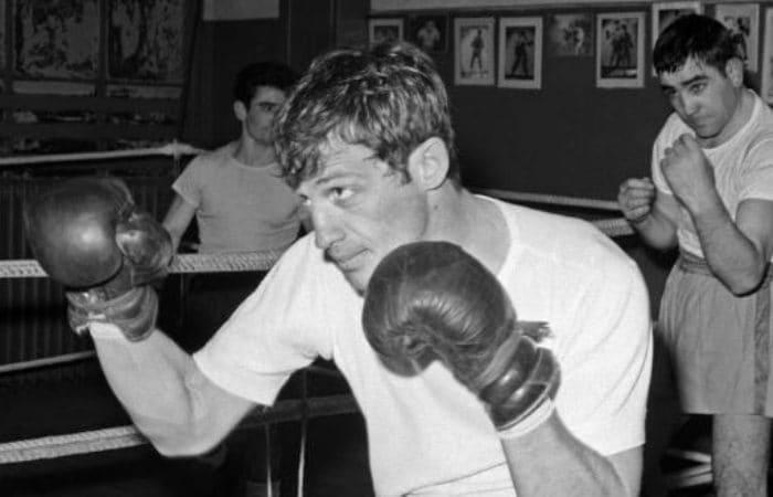 Чемпион Парижа по боксу в полусреднем весе Жан-Поль Бельмондо